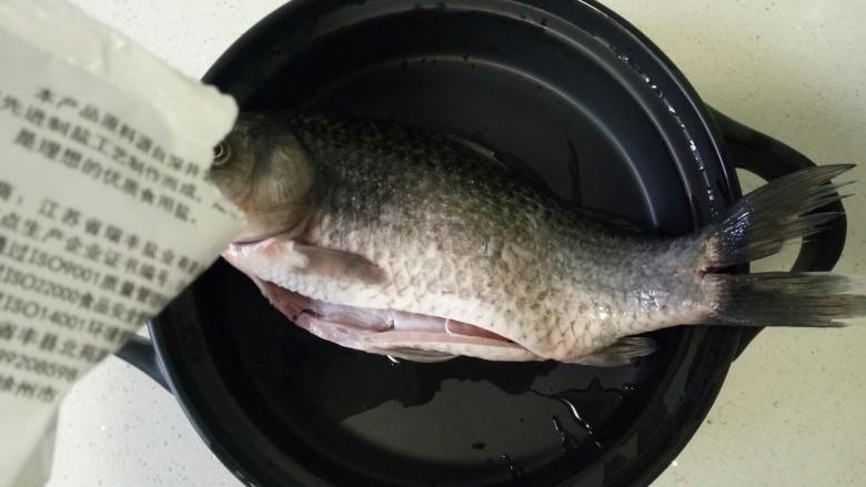 酱焖鲫鱼,准备一条继续清洗干净,肚子里的黑膜也清洗干净,表面撒适量盐腌制10分钟