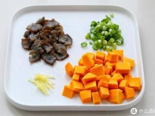 小米南瓜海参粥,虽贵尤为好,利用浸泡小米的时间来准备其他辅料:海参提前泡发切成小片,南瓜去皮切成小丁,切葱花和姜丝备用