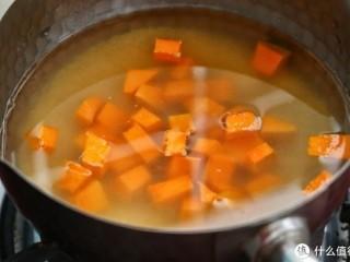 小米南瓜海参粥,虽贵尤为好,将浸泡好的小米放入小锅中,加入约750毫升清水,再放入南瓜丁用大火煮开,然后改小火煮约20分钟