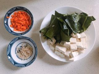 菠菜豆腐汤,菠菜洗干净切段。豆腐切小块。胡萝卜切小粒。
