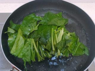 菠菜豆腐汤,把菠菜放进加了食用油的开水中焯水一分钟后捞起