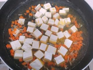 菠菜豆腐汤,加入适量的开水和豆腐盖上盖子煮五分钟