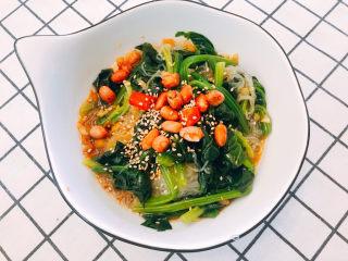凉拌菠菜粉丝,把酱和菠菜米粉拌匀。撒芝麻花生即可。