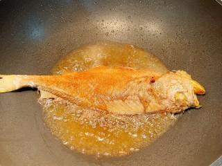 红烧小黄鱼,差不多了就翻个面,注意,小黄鱼比较脆弱,翻的时候要温柔,不行的话左右手各拿个铲子配合一下