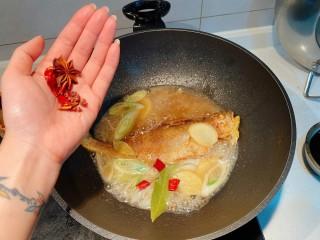红烧小黄鱼,放入八角花椒干辣椒香叶