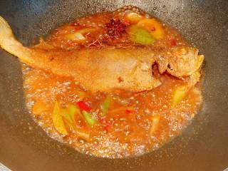 红烧小黄鱼,小火收汁,不要把鱼煮烂了,鱼汤不用收干,