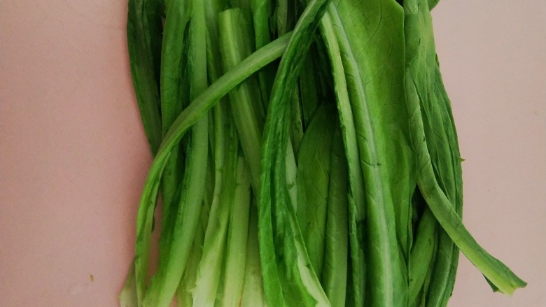 麻酱油麦菜,<a style='color:red;display:inline-block;' href='/shicai/ 155'>油麦菜</a>洗干净一切为二。