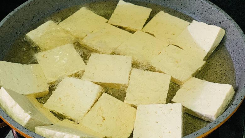 韭菜炒豆腐,将全部豆腐放入油里,不要重叠放;