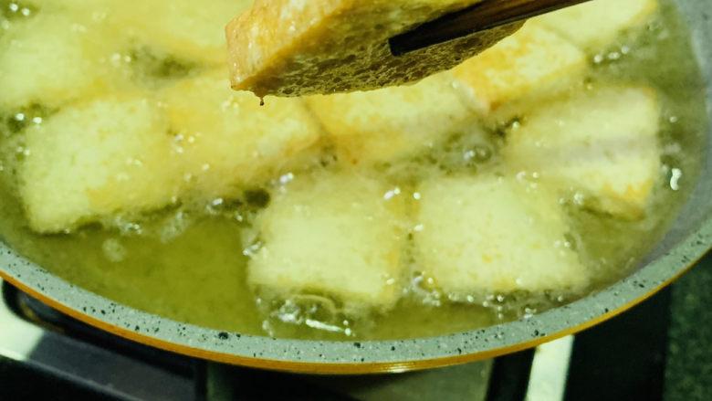 韭菜炒豆腐,中小火,把豆腐两面煎金黄,就可以捞出油锅,煎的过程如果会溅油,再把火调小点;
