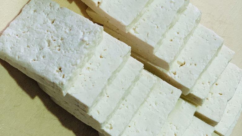 韭菜炒豆腐,将豆腐切块;