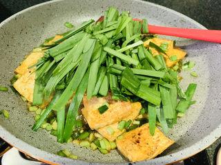韭菜炒豆腐,加入韭菜叶;