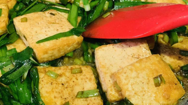 韭菜炒豆腐,大火翻炒韭菜断生,出锅;