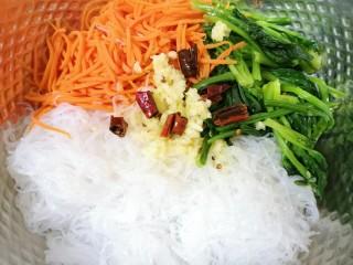 凉拌菠菜粉丝,将热油浇在蒜泥上面,炝出香味。