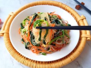凉拌菠菜粉丝,尝一口,超级好吃。