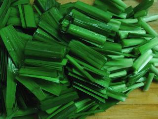韭菜炒猪肝,切成段