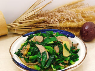 韭菜炒猪肝,装盘
