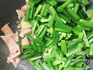 韭菜炒猪肝,倒入韭菜。