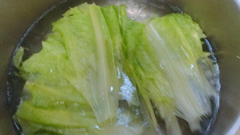 麻酱油麦菜,先煮好一锅开水。并加入少量食用油。把油麦菜放入开水中过一下快速捞起