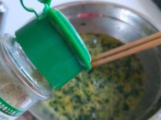 菠菜蛋卷,加白胡椒去腥味儿,加入适量盐搅拌均匀。