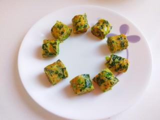 菠菜蛋卷,切成小段摆盘。