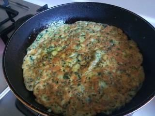 菠菜蛋卷,两面上色即可。