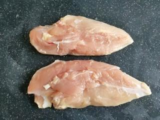 咖喱鸡肉饭,鸡胸肉稍微清洗一下,用厨房纸擦干水分