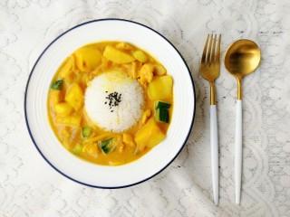 咖喱鸡肉饭,装上米饭,摆盘开吃啦!