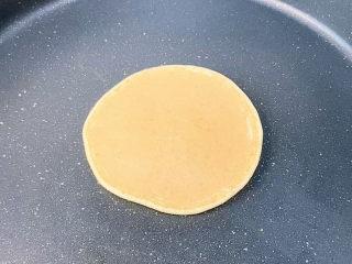香蕉松饼🥞,翻面是这样的,很好看是不是🤪。翻面再小火煎一会就可以了。