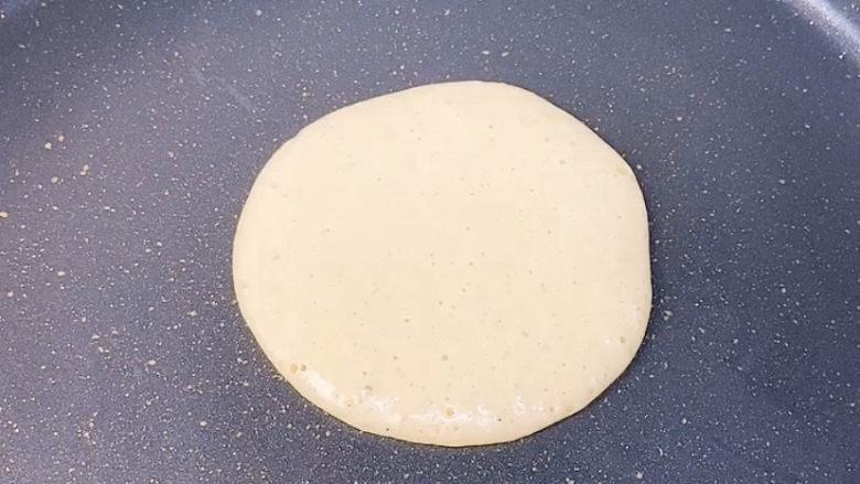 香蕉松饼🥞,煎锅不需要加油,松饼煎熟了以后是不会粘锅的。全程小火,这样不会煎焦掉。松饼一面起泡变色就可以翻面了。