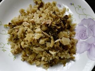 雪菜炒春笋,将咸菜洗干净切碎