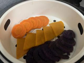 菠菜鸡蛋面,蒸熟的胡萝卜南瓜紫薯分别打成泥