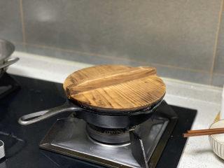 菠菜鸡蛋面,盖上锅盖,把面煮熟透后放入菠菜,再煮一分钟就可以了