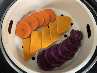 菠菜鸡蛋面,先做蝴蝶面,胡萝卜,南瓜,紫薯蒸熟