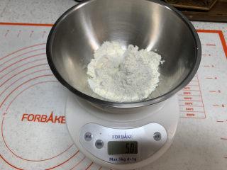 菠菜鸡蛋面,称出50g面粉,与菠菜汁揉成一个偏硬的面团