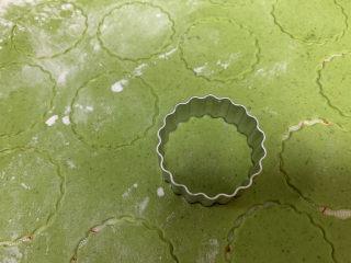菠菜鸡蛋面,用模具印出小圆片