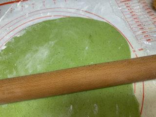 菠菜鸡蛋面,松弛好的面团撒上面粉防粘,擀成厚薄均匀的大薄片