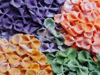 菠菜鸡蛋面,色彩鲜艳的蝴蝶面就做好了