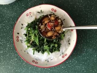 凉拌菠菜粉丝,把切好的菠菜,散开放在粉丝上,再浇上凉拌汁