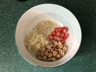 凉拌菠菜粉丝,再加入一勺白芝麻和一把熟的花生米增加香味