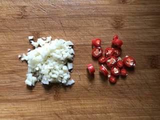 凉拌菠菜粉丝,蒜头切末,小米辣切圈,放入碗中