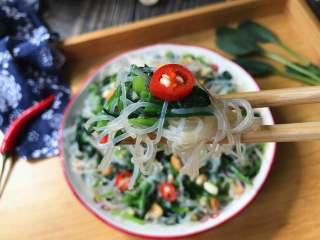 凉拌菠菜粉丝,吃前用筷子拌一拌就可以了