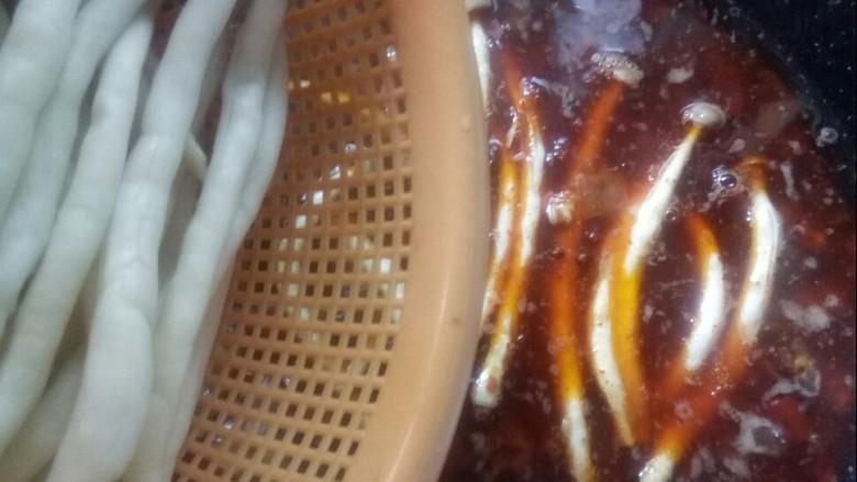 红烧小黄鱼,加入蟹王菇熬汤汁。