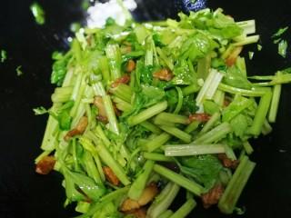 芹菜炒肉,倒入切好的芹菜大火翻炒。