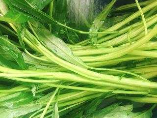 椒丝腐乳炒通菜,通菜冲洗干净。