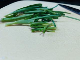 红烧小黄鱼,蒜叶和葱,洗净,切长段,待用;