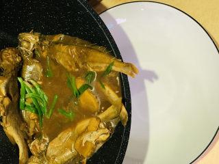 红烧小黄鱼,蒜叶断生,就可以出锅,直接倒入盘中,还是不要翻拌哦;