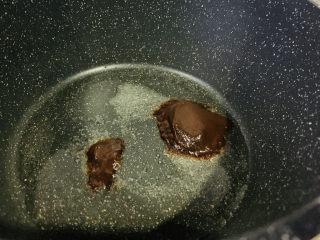 红烧小黄鱼,甜面酱2勺,炒香;