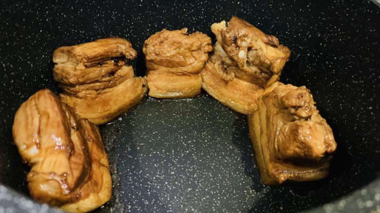 四川烧白,锅里加少许油,把上色好的猪皮放锅里煎;