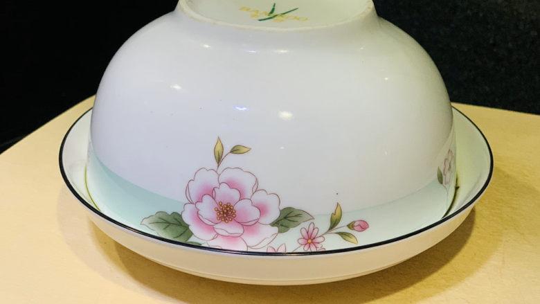 四川烧白,四川烧白就可以出锅,然后拿一个盘子,碗倒扣,就成型了;