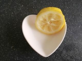 柠檬鸡翅,柠檬片也不要丢,一会可以用